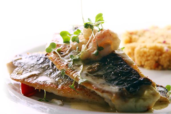 דג צלוי בגריל או במחבת גריל